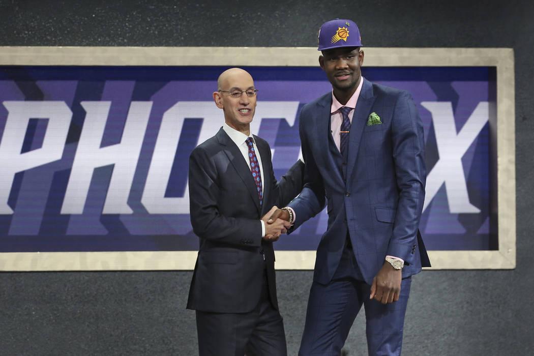 Deandre Ayton de Arizona, a la derecha, posa con el comisionado de la NBA, Adam Silver, después de que fue elegido primero por los Phoenix Suns durante el draft de baloncesto de la NBA en Nueva Y ...