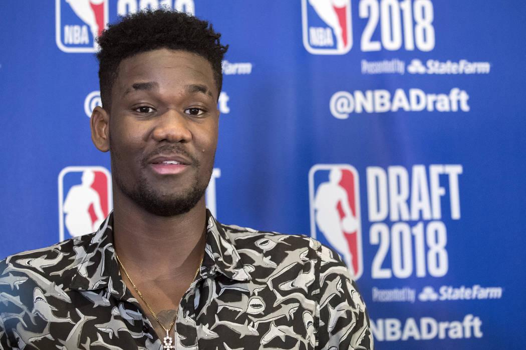 DeAndre Ayton de Arizona habla con reporteros durante una disponibilidad de medios con los mejores prospectos de baloncesto en el Draft de la NBA, el miércoles 20 de junio de 2018 en Nueva York. ...