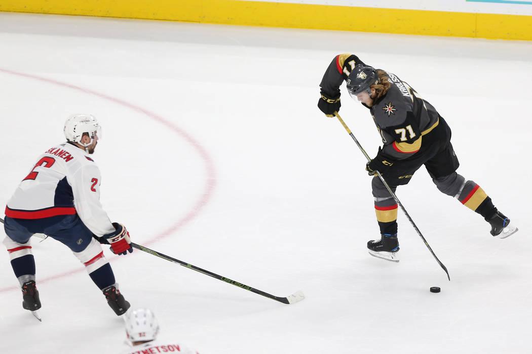 El defensa de los Washington Capitals, Matt Niskanen (2), defiende contra el centro de los Vegas Golden Knights, William Karlsson (71), durante el primer período en el Juego 2 de la final de la C ...