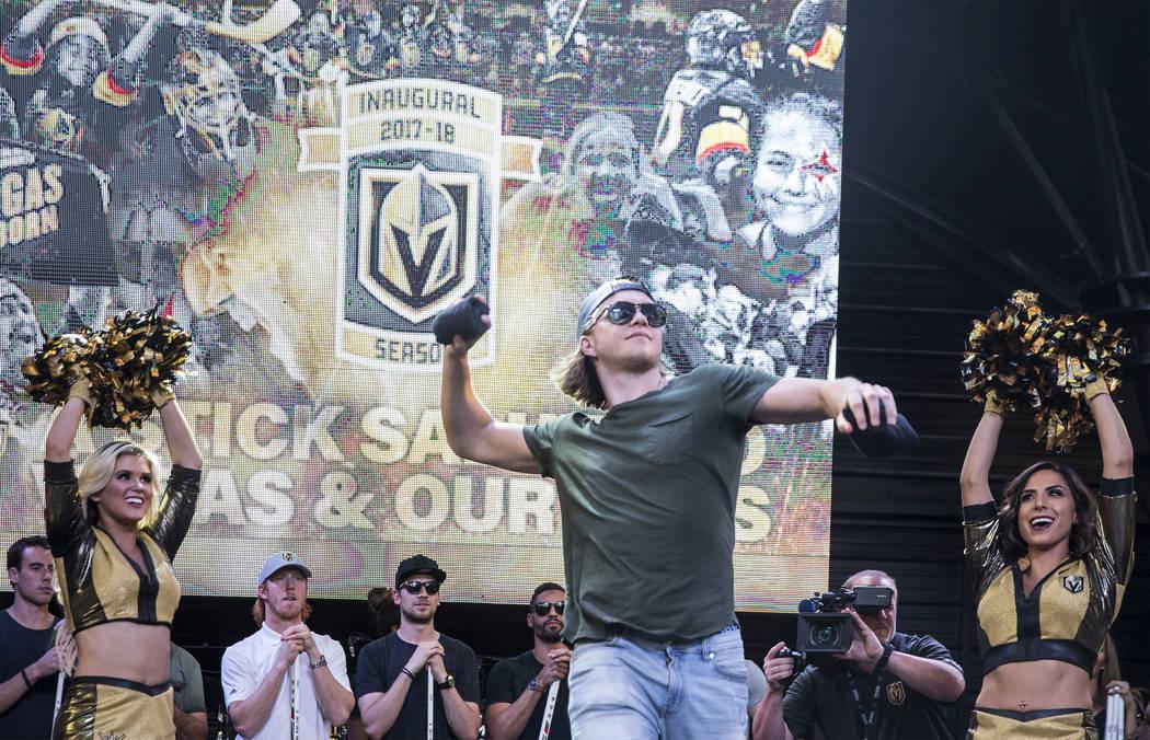 """El centro de los Golden Knights, William Karlsson, arroja una camiseta a la multitud durante """"Stick Salute to Vegas and Our Fans"""" el miércoles, 13 de junio de 2018, en la Fremont Street Experienc ..."""