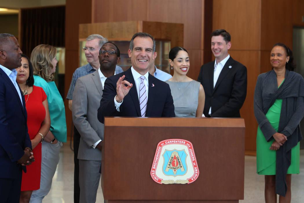 El alcalde de la ciudad de Los Ángeles, Eric Garcetti, habla durante una conferencia de prensa en el centro de entrenamiento de la Hermandad Unida de Carpinteros el lunes 25 de junio de 2018 en L ...