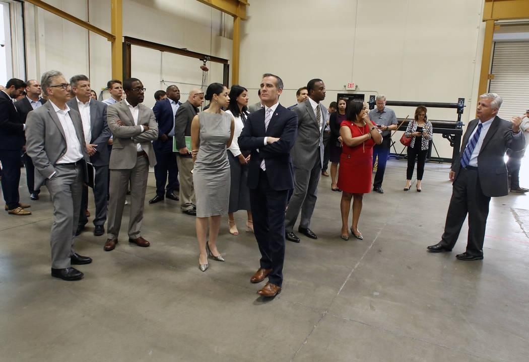 William Irwin, Jr., director ejecutivo de Carpenters International Training Fund, a la derecha, habla mientras dirige una gira por el Centro de capacitación de la Hermandad de Carpinteros Unidos ...