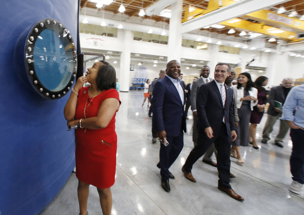 Tacoma, Washington, la Alcaldesa Victoria Woodards revisa el tanque de certificación de soldadura subacuática durante una visita al centro de entrenamiento de la Hermandad de Carpinteros el lune ...