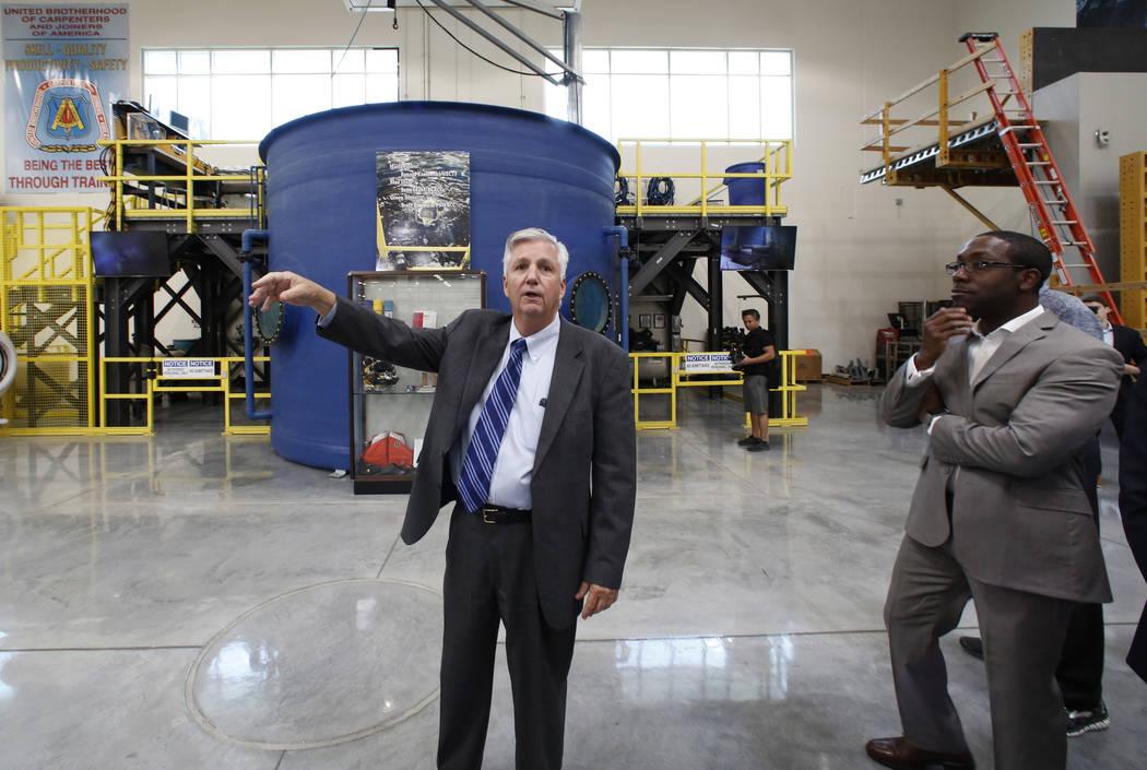William Irwin, Jr., director ejecutivo de Carpenters International Training Fund, habla mientras dirige una gira por el centro de capacitación de la Hermandad de Carpinteros Unidos a los alcaldes ...