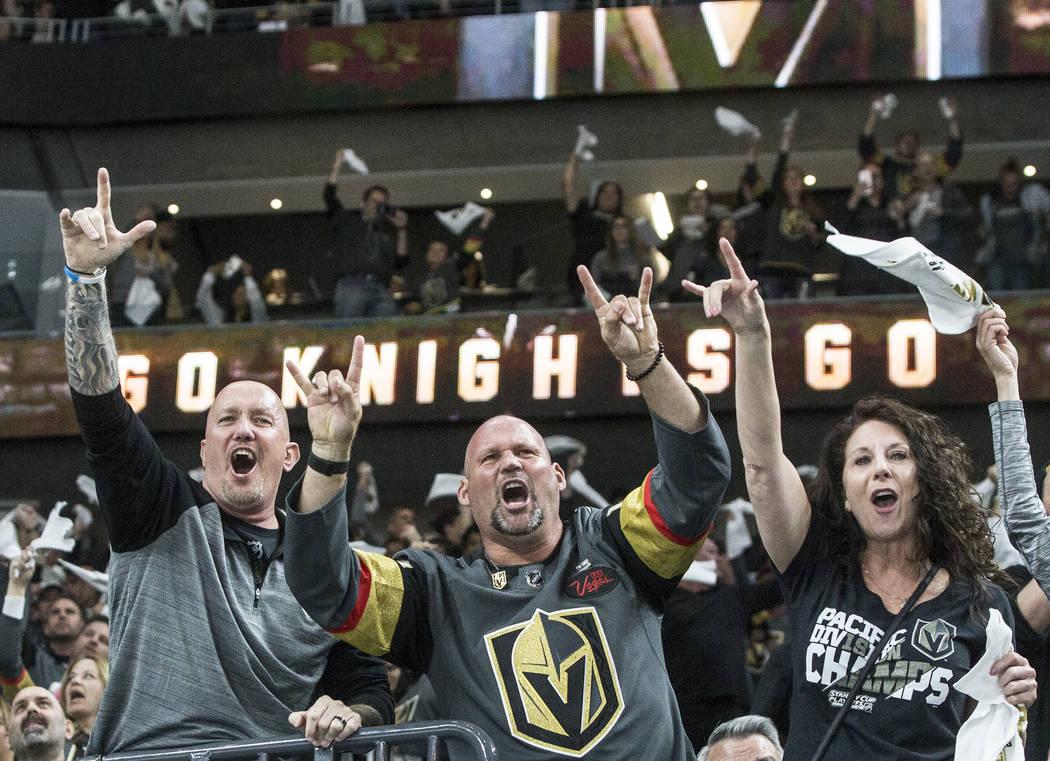 Fans de Golden Knights aplauden después de que Alex Tuch anotara contra el portero de Los Ángeles Kings, Jonathan Quick (32), en el primer período del juego dos de su serie de primera ronda el ...