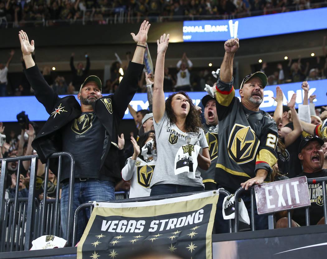 Fans de los Golden Knights celebran un gol del defensa Nate Schmidt, no fotografiado, durante el segundo período del Juego 5 de la Final Stanley Cup contra los Washington Capitals en la T-Mobile ...