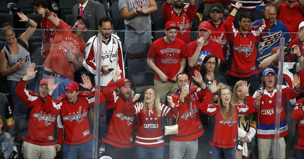 Fans de Washington Capitals celebran después de que derrotaran a los Golden Knights de Las Vegas en el Juego 5 de las Finales de la Copa Stanley de hockey de la NHL el jueves 7 de junio de 2018 e ...