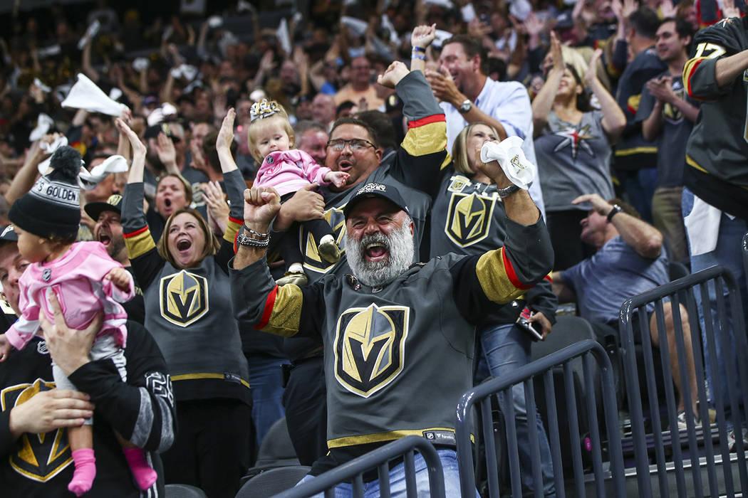 Fans de los Golden Knights celebran un gol en la Final de la Stanley Cup contra los Washington Capitals en la T-Mobile Arena en Las Vegas el jueves 7 de junio de 2018. Chase Stevens Las Vegas Revi ...