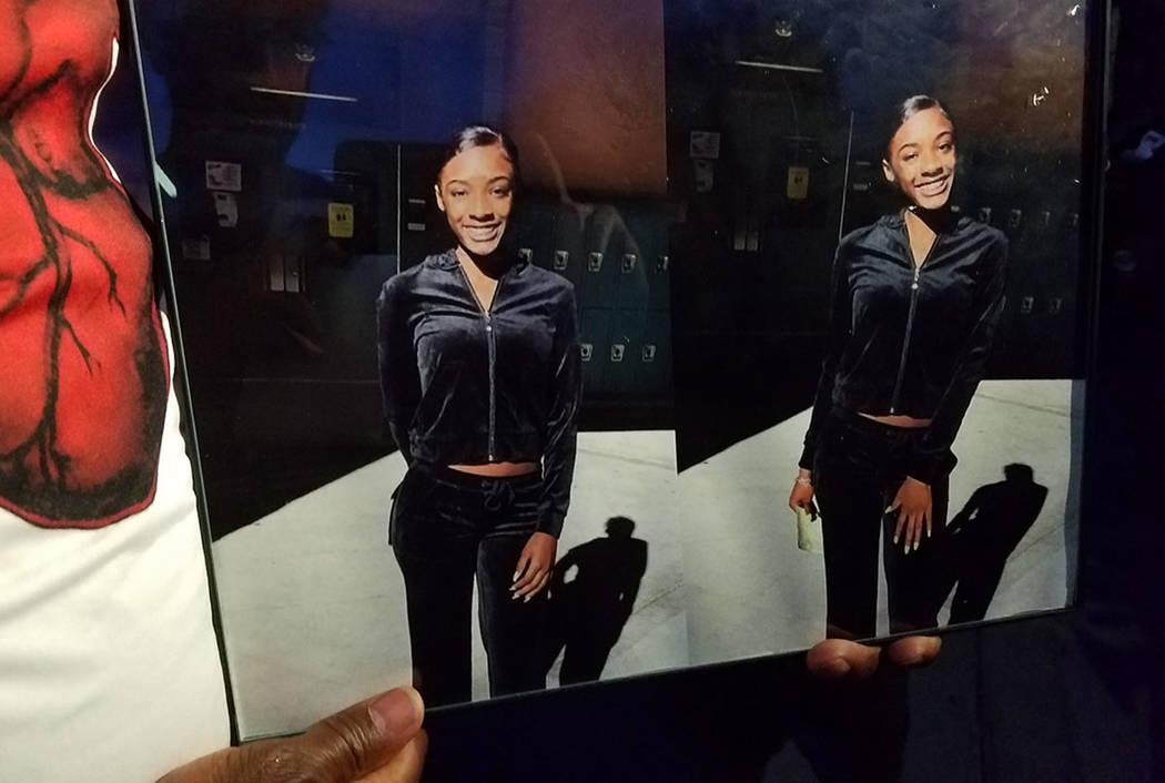 Una foto de Justise Allen, de 16 años, se exhibe el sábado en un monumento conmemorativo en el lugar de su tiroteo fatal. (Mike Shoro Las Vegas Review-Journal)