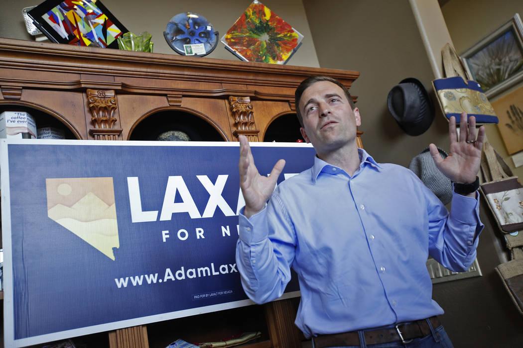 """Adam Laxalt, candidato republicano a gobernador, habla ante una multitud en una campaña de """"Get-Out-The-Vote"""" en Avery's Coffee Shop en Las Vegas, miércoles 30 de mayo de 2018. (Rachel Aston Las ..."""