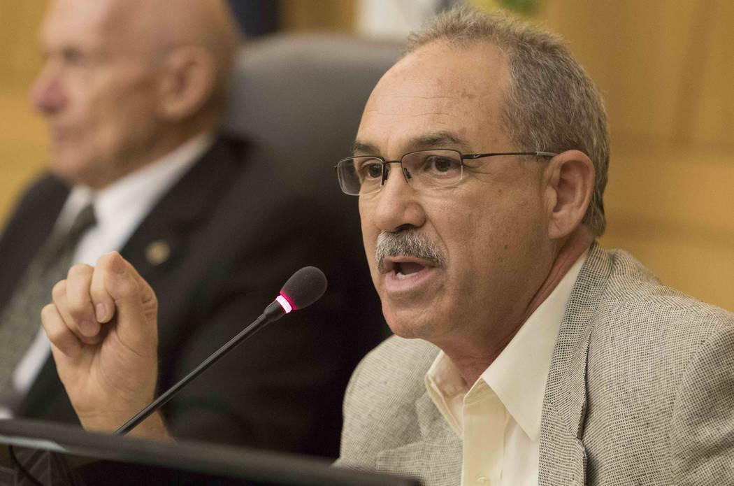 John Vellardita analiza la propuesta de reorganizar el Distrito Escolar del Condado de Clark durante una reunión en el ayuntamiento en el Clark County Government Center en el centro de Las Vegas ...