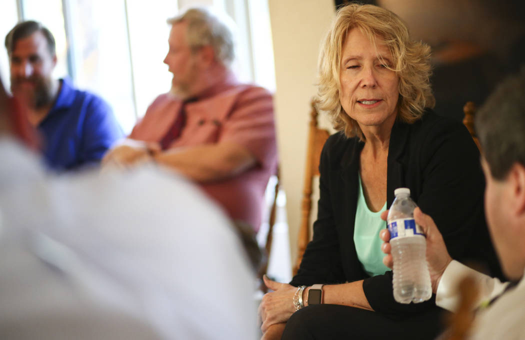 Vikki Courtney, presidenta de la Asociación Educativa del Condado de Clark y miembro de los candidatos Educators for Progress, habla con otros miembros mientras se reúnen en la casa del miembro ...