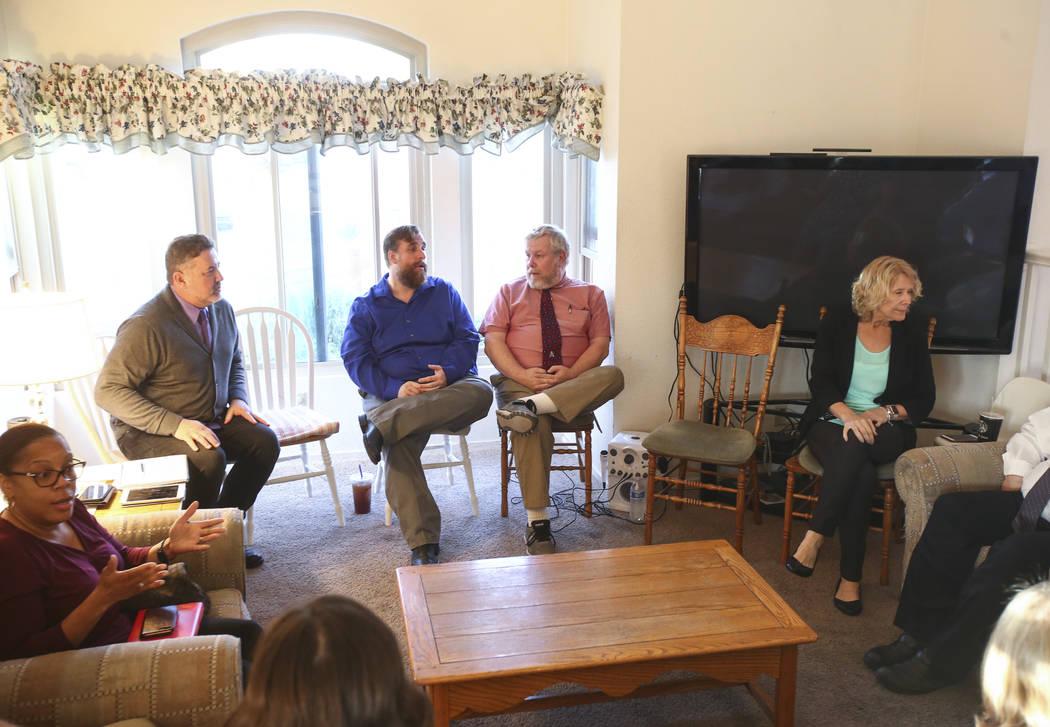 Los miembros de la lista electoral de la Asociación de Educación del Condado de Clark conocidos como Educadores para el Progreso se reúnen en la casa del miembro Theo Small, actual vicepresiden ...
