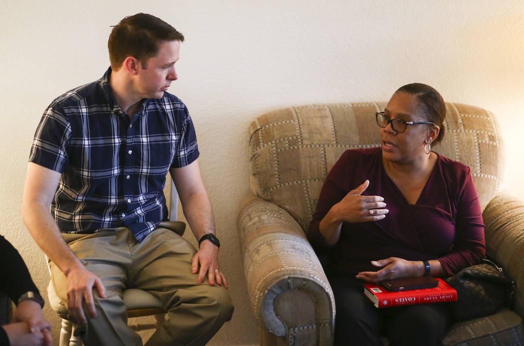 Jeremy Campf, izquierda, y Yolanda Lowry, ambos miembros de la lista electoral de la Asociación de Educación del Condado de Clark conocida como Educadores para el Progreso, se reúnen en la casa ...