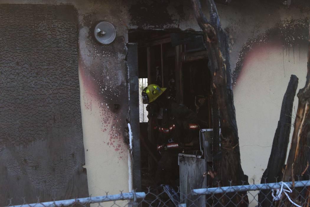 Los bomberos de Las Vegas trabajan en el incendio de una casa en 960 G St., cerca de Washington Avenue, el miércoles por la mañana, 27 de junio de 2018. (Max Michor / Las Vegas Review-Journal)