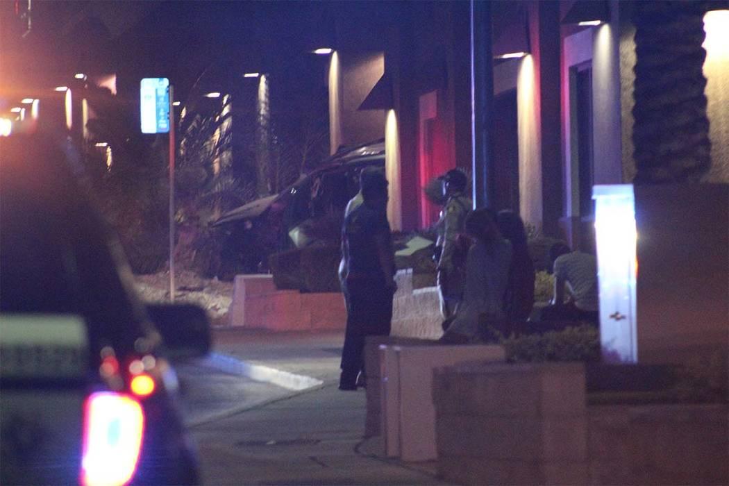 El conductor de un automóvil que chocó contra un centro médico en Cheyenne Avenue fue hospitalizado el miércoles 27 de junio de 2018, con heridas graves. (Max MIchor / Review-Journal)