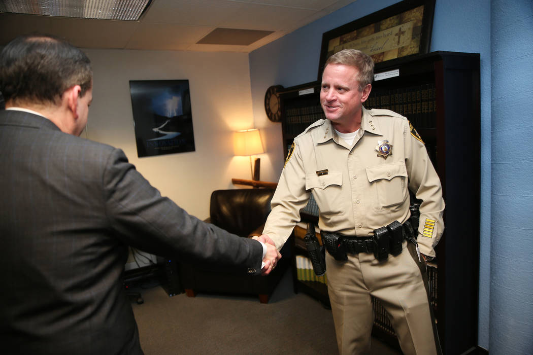 El secretario de Trabajo de los EE.UU., Alexander Acosta, saluda al alguacil del Departamento de Policía Metropolitana de Las Vegas, Kevin McMahill, durante una reunión en la sede de Hope For Pr ...