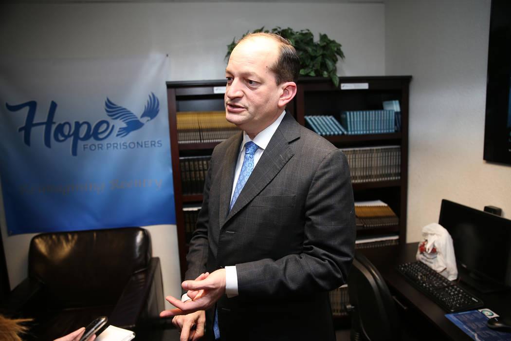 El Secretario de Trabajo de EE.UU., Alexander Acosta, es entrevistado después de una reunión en la sede de Hope For Prisoners en Las Vegas, el martes 26 de junio de 2018. Erik Verduzco Las Vegas ...