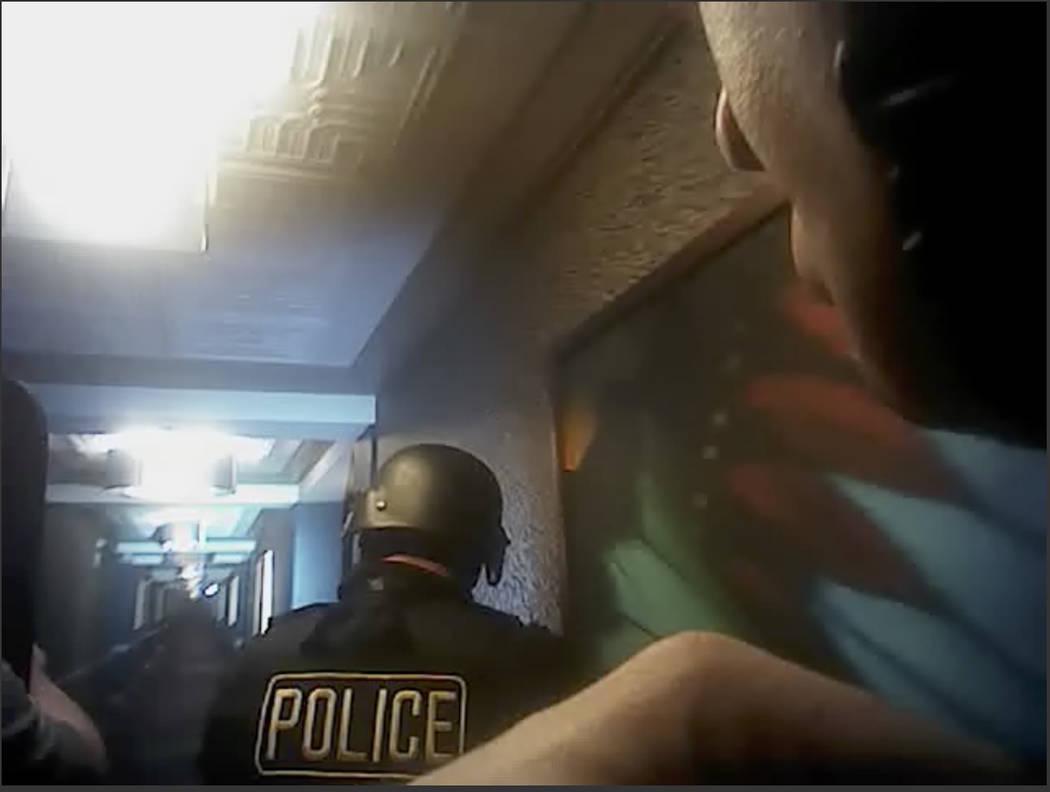 Esta imagen tomada del video de una cámara corporal policial del 1 de octubre de 2017, provista por el Departamento de Policía Metropolitana de Las Vegas, muestra agentes buscando pasillos duran ...