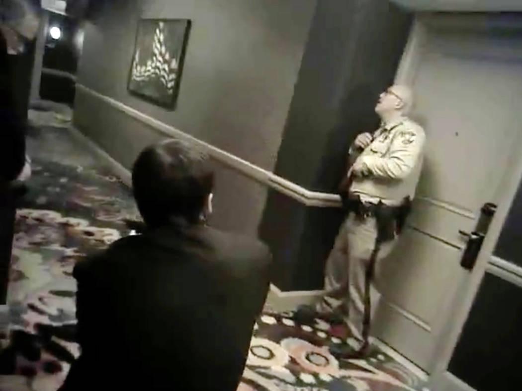 Imágenes de cámara recientemente lanzadas muestran a dos oficiales de policía de Las Vegas, emparejados con tres guardias de seguridad armados del Mandalay Bay, manteniendo su posición en un p ...