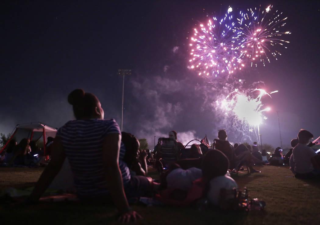 La gente disfruta del espectáculo de fuegos artificiales en la celebración del Cuatro de Julio de la Ciudad de Henderson en Heritage Park en Henderson, martes, 4 de julio de 2017. (Gabriella Ang ...