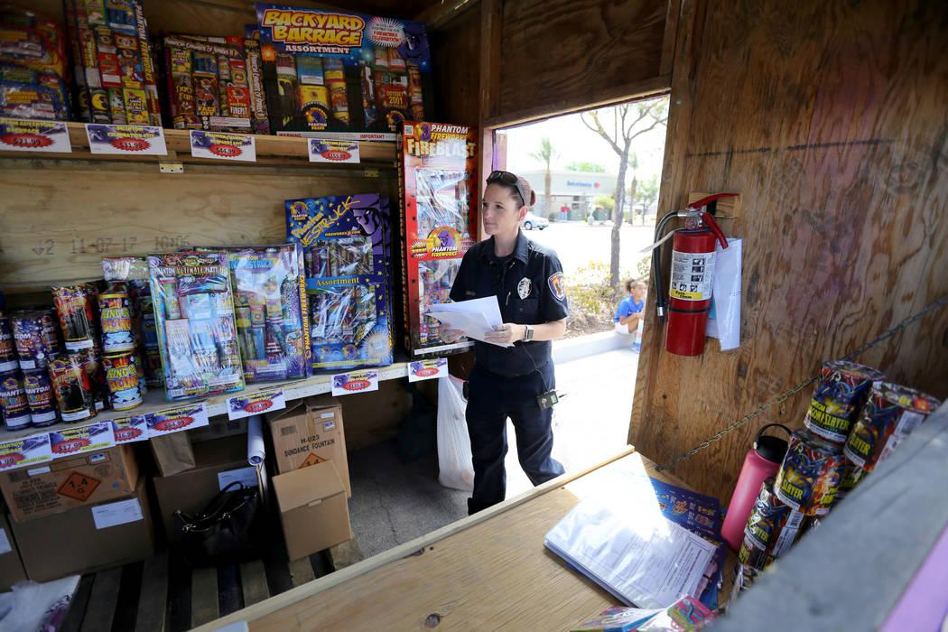 La inspectora de Prevención de Incendios del Condado de Clark, Amanda Wildermuth, ingresa a la cabina de fuegos artificiales Next Generation Albion Soccer Club en Blue Diamond Road cerca de Arvil ...