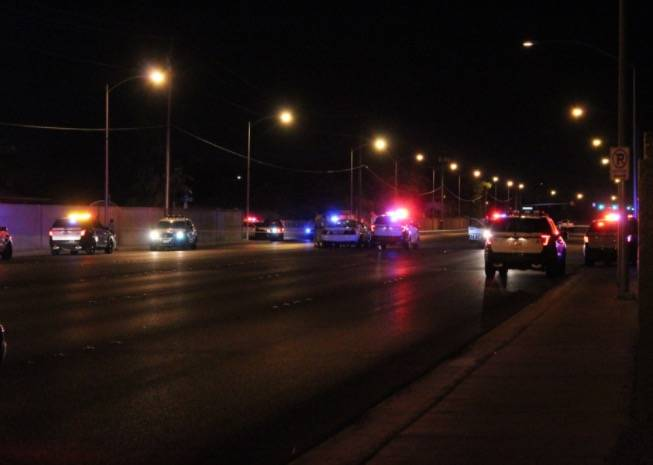 El Departamento de Policía Metropolitana de Las Vegas está investigando un tiroteo involucrado con un oficial el viernes 30 de junio de 2018, en el este de Las Vegas. (Max Michor / Las Vegas Rev ...