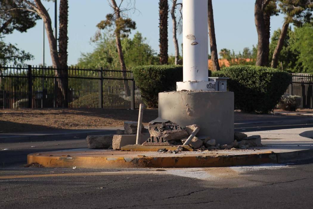 Un conductor se estrelló contra el poste de un cartel histórico de Binion's Horseshoe en un punto medio de Las Vegas Boulevard North cerca de Washington Avenue, en el Centro de Las Vegas, el vie ...