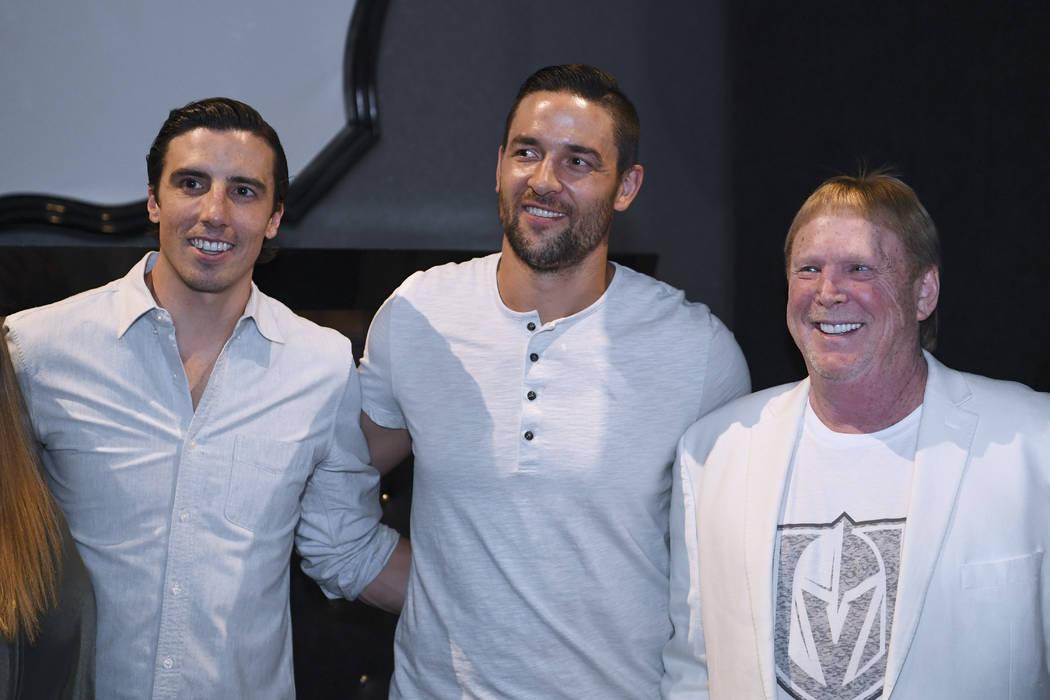 El portero de los Vegas Golden Knights, Marc-André Fleury, izquierda, el defensa Deryk Engelland y el propietario de los Oakland Raiders, Mark Davis llegan a la alfombra roja para la nueva reside ...