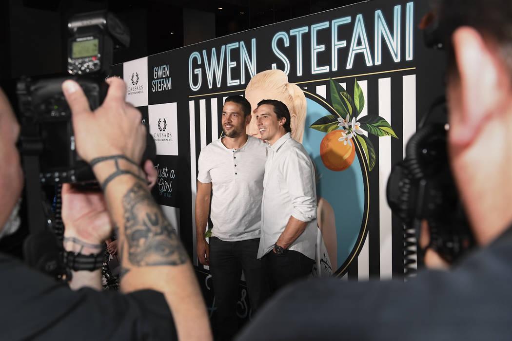 El defensa de Las Vegas Knights, Deryk Engelland y el portero Marc-André Fleury, llegan a la alfombra roja para la nueva residencia de Gwen Stefani en Planet Hollywood en Las Vegas, el miércoles ...