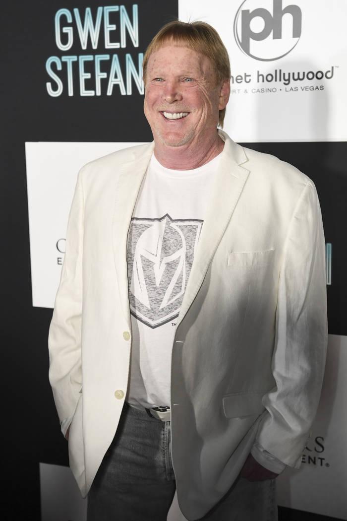 El propietario de los Oakland Raiders, Mark Davis, llega a la alfombra roja para la nueva residencia de Gwen Stefani en Planet Hollywood en Las Vegas, el miércoles 27 de junio de 2018. (Sam Morri ...