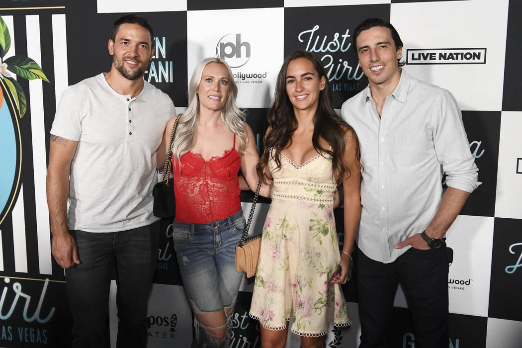 El defensor de los Vegas Golden Knights, Deryk Engelland, izquierda, y su esposa, Melissa, y el portero Marc-André Fleury y su esposa, Veronique, llegan a la alfombra roja para la nueva residenci ...