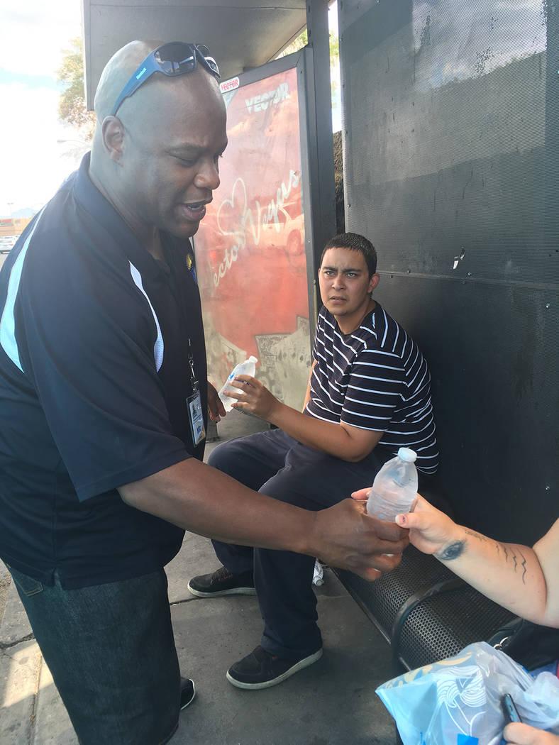 El RTC entregara agua a los usuarios del transporte regional del Sur de Nevada, la medida es para contrarrestar los efectos del calor excesivo que se siente en el valle. Foto Cortesía.