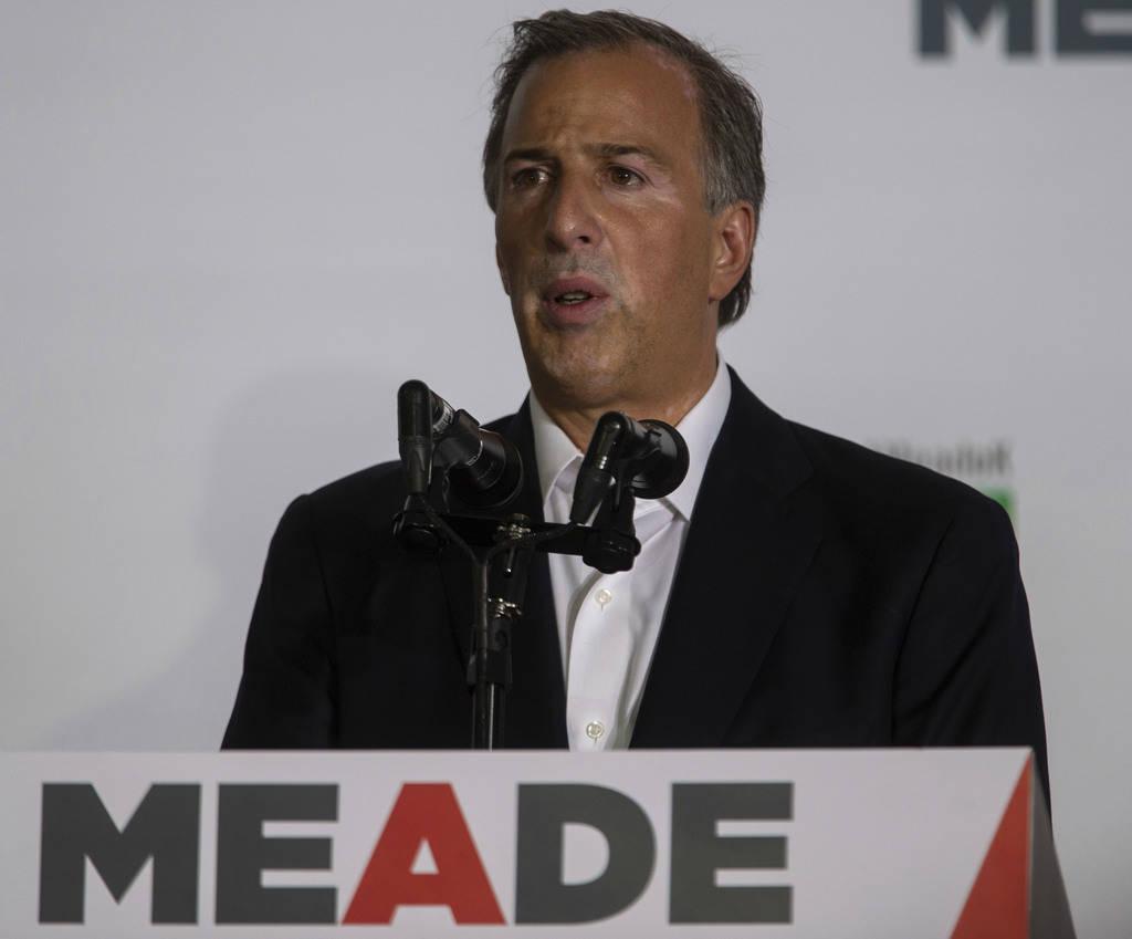 El candidato presidencial, José Antonio Meade, habla con la prensa reconociendo su menor número de encuestas generales durante las elecciones generales en Ciudad de México, domingo 1 de julio d ...