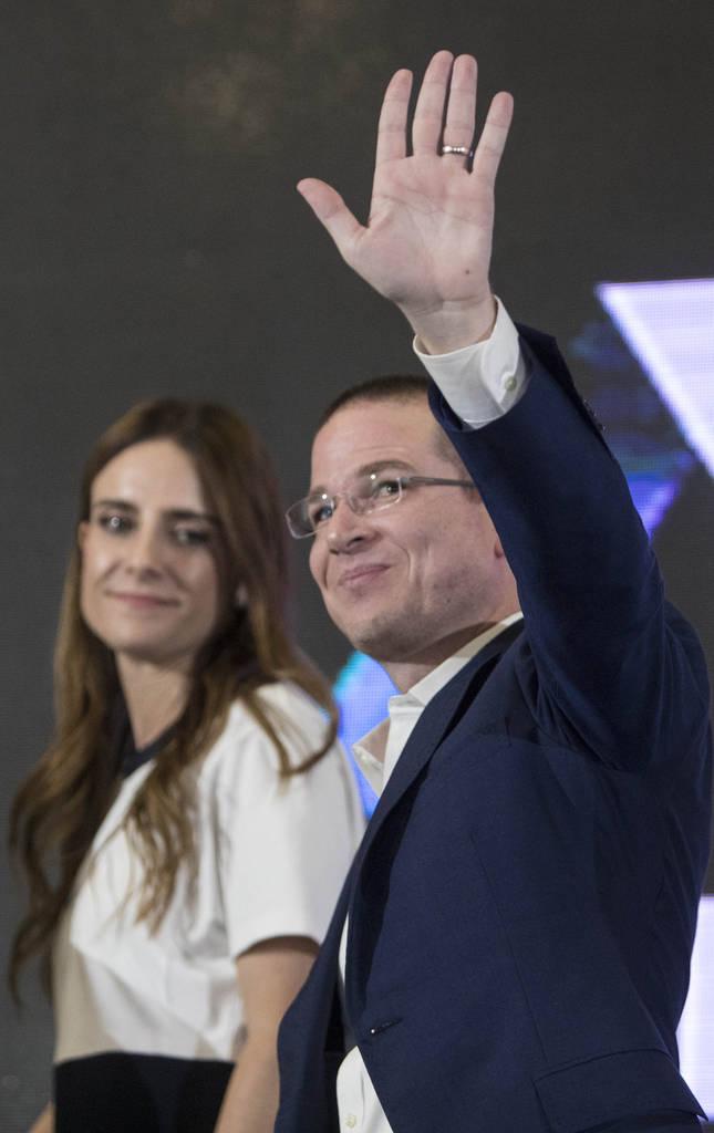 El candidato presidencial, Ricardo Anaya, deja el centro de medios, acompañado por su esposa Carolina Martínez, luego de pronunciar su discurso de concesión en la Ciudad de México, el domingo ...
