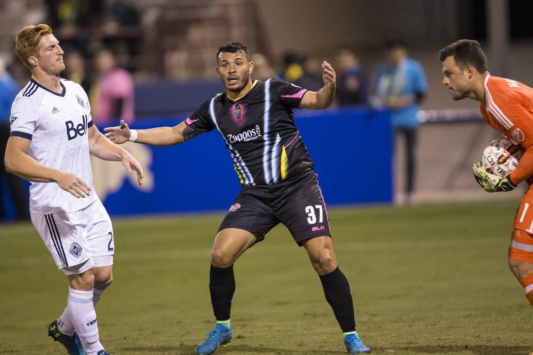 Samuel Ochoa (37) de Las Vegas Lights FC, reacciona a una llamada de fuera de juego contra los Vancouver Whitecaps FC en su partido de fútbol en Cashman Field en Las Vegas, el sábado 17 de febre ...