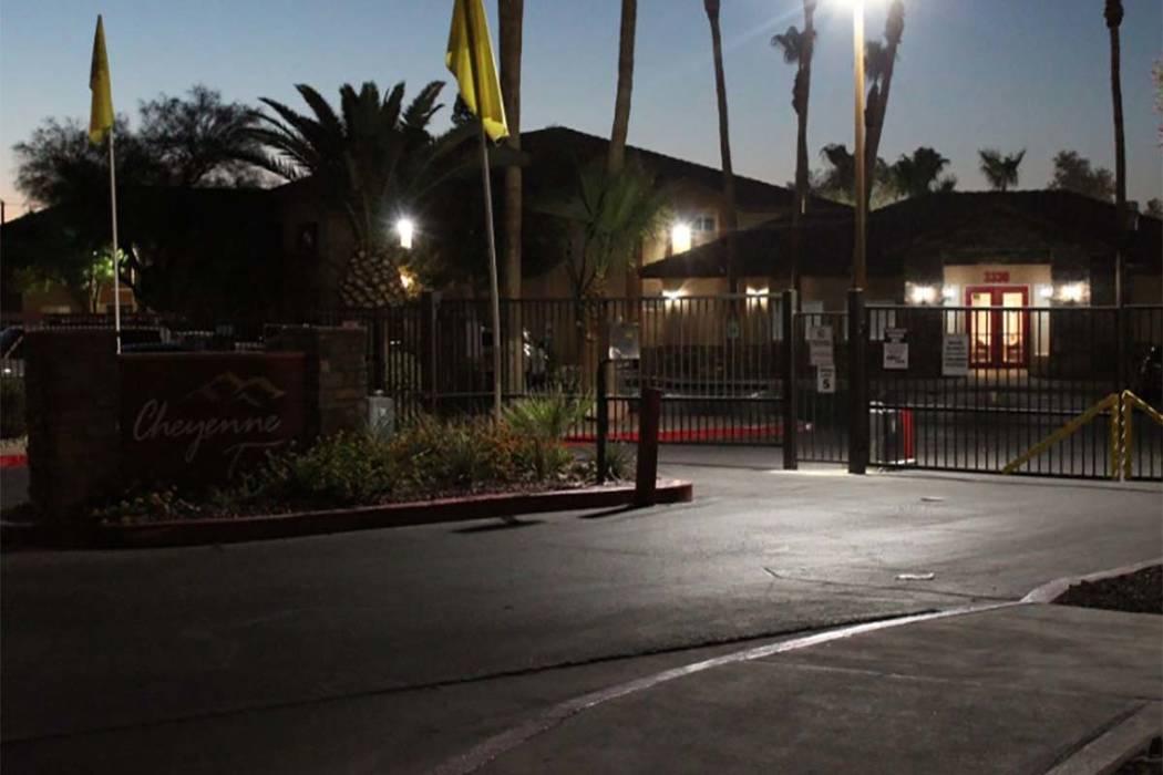 Los detectives de homicidios investigando una muerte sospechosa en Cheyenne Trails Apartments. (Max MIchor / Las Vegas Review-Journal)