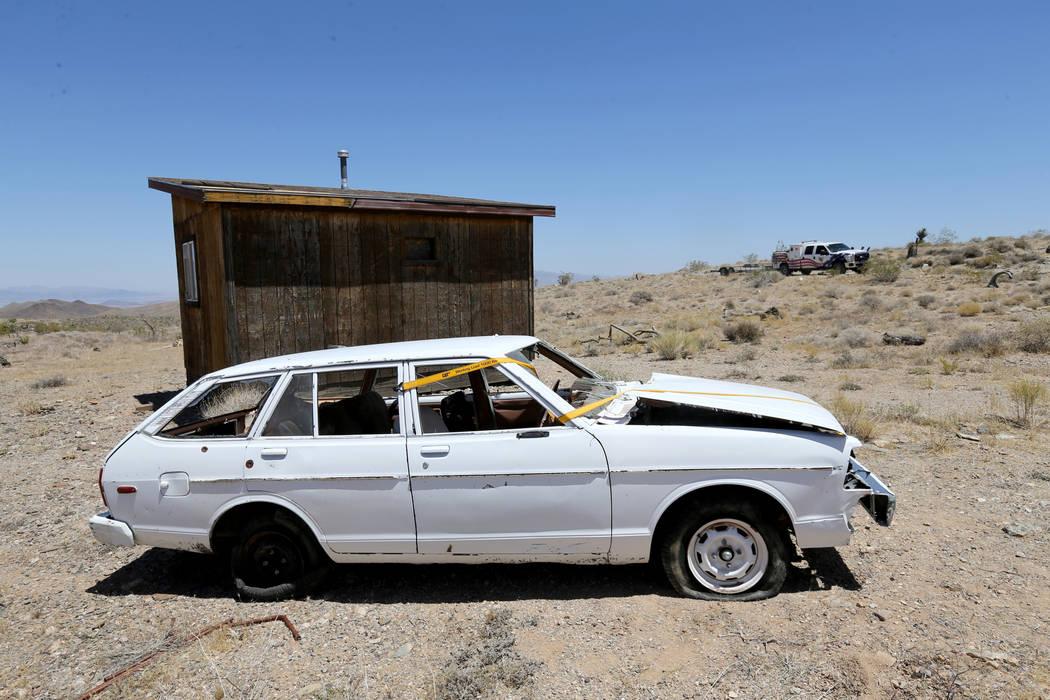 David Nehrbass, propietario de Motor Sports Safety Solutions, en la parte trasera, se detiene frente a un automóvil que perteneció al último dealer de blackjack de casino de Las Vegas, Mark Bla ...