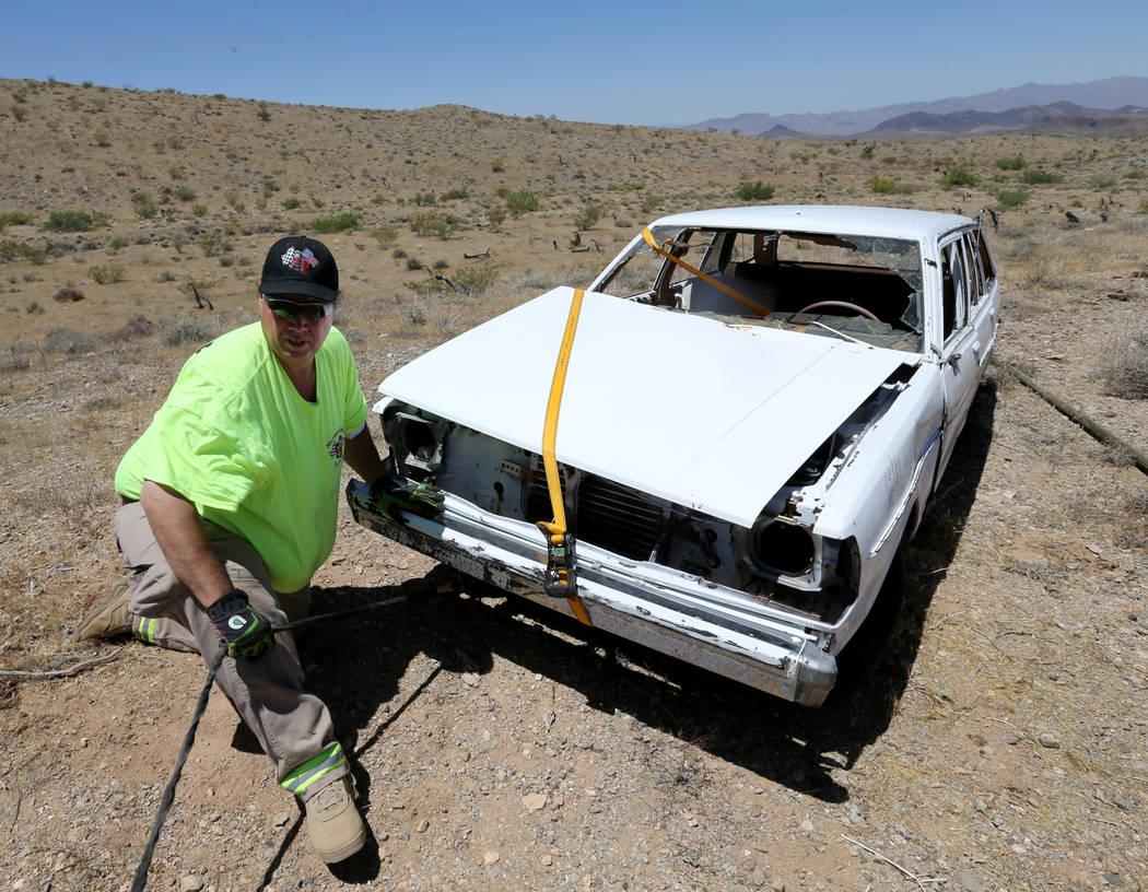 David Nehrbass, propietario de Motor Sports Safety Solutions, se prepara para recuperar un automóvil que perteneció al último dealer de Blackjack de casino de Las Vegas Showboat, Mark Blackburn ...