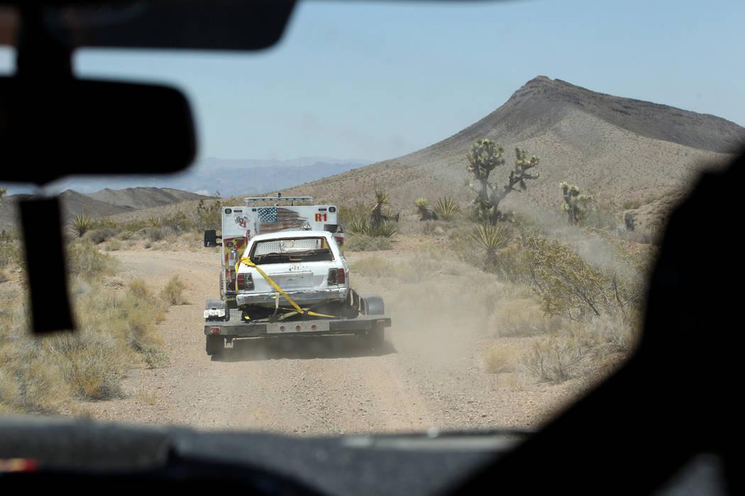David Nehrbass, propietario de Motor Sports Safety Solutions, recupera un automóvil que perteneció al último dealer de blackjack de casino de Las Vegas Showboat Mark Blackburn cerca de White Hi ...