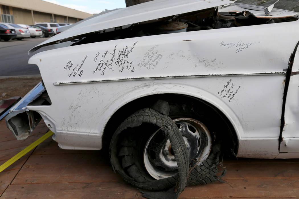 Un auto que perteneció al último dealer de Blackjack de casino de Las Vegas Showboat Mark Blackburn con notas de voluntarios que ayudaron a recuperarlo en la tienda Chick With A Wrench en Las Ve ...