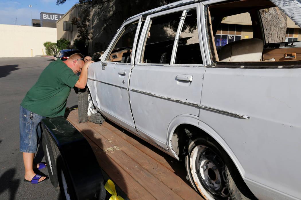 Michael Wiley Blackburn de Hartford, Wis. Obtiene su primera imagen de un automóvil que perteneció a su padre, el último dealer de blackjack de casino Las Vegas Showboat, Mark Blackburn, en la ...