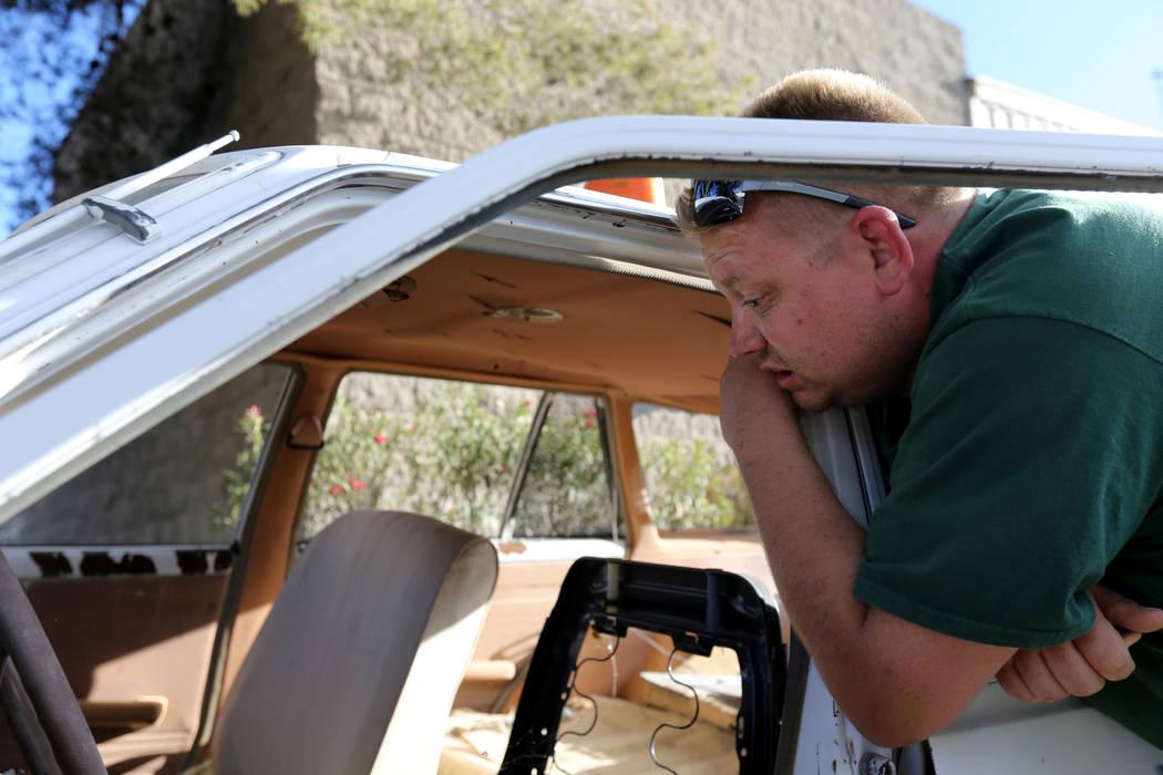 Michael Wiley Blackburn de Hartford, Wis. Abrazó un automóvil que perteneció a su padre, el último dealer de Blackjack de casino de Las Vegas Showboat, Mark Blackburn, en la tienda Chick With ...