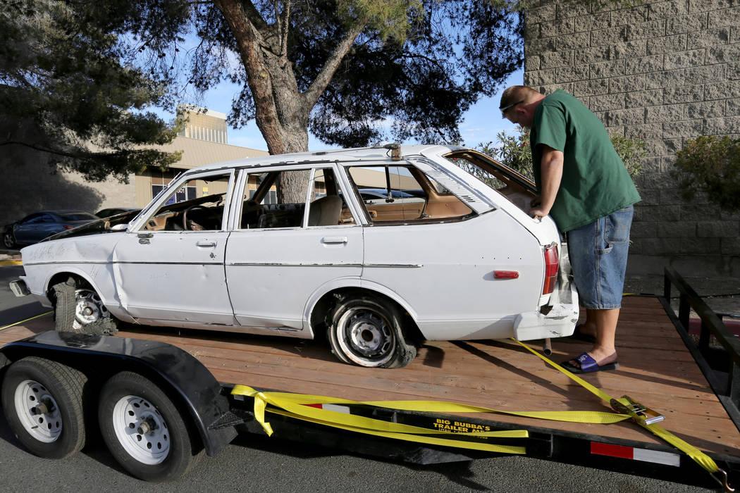 Michael Wiley Blackburn de Hartford, Wis. Reacciona al ver el automóvil que perteneció a su padre, el último dealer de Blackjack de casino de Las Vegas Showboat, Mark Blackburn, en la tienda Ch ...