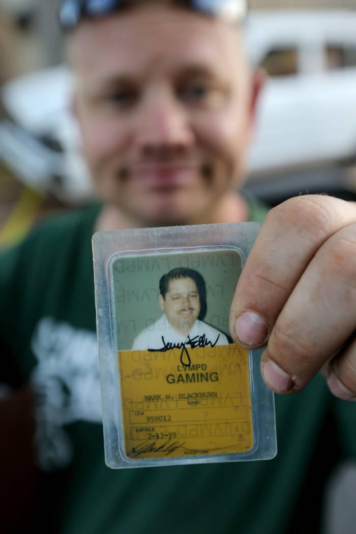 Michael Wiley Blackburn de Hartford, Wis. Muestra una tarjeta de trabajo que perteneció a su padre, el último dealer de Blackjack de casino de Las Vegas Showboat, Mark Blackburn, en la tienda Ch ...