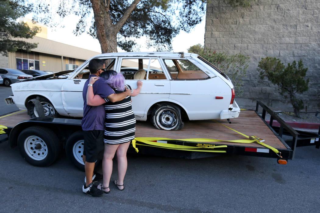 """Lalani Blackburn-Bill de Easton, Pa. Abraza a su amigo Michael """"Mykee"""" Charleboix de Las Vegas después de ver el automóvil que perteneció a su padre, el último dealer de Blackjack de casino de ..."""