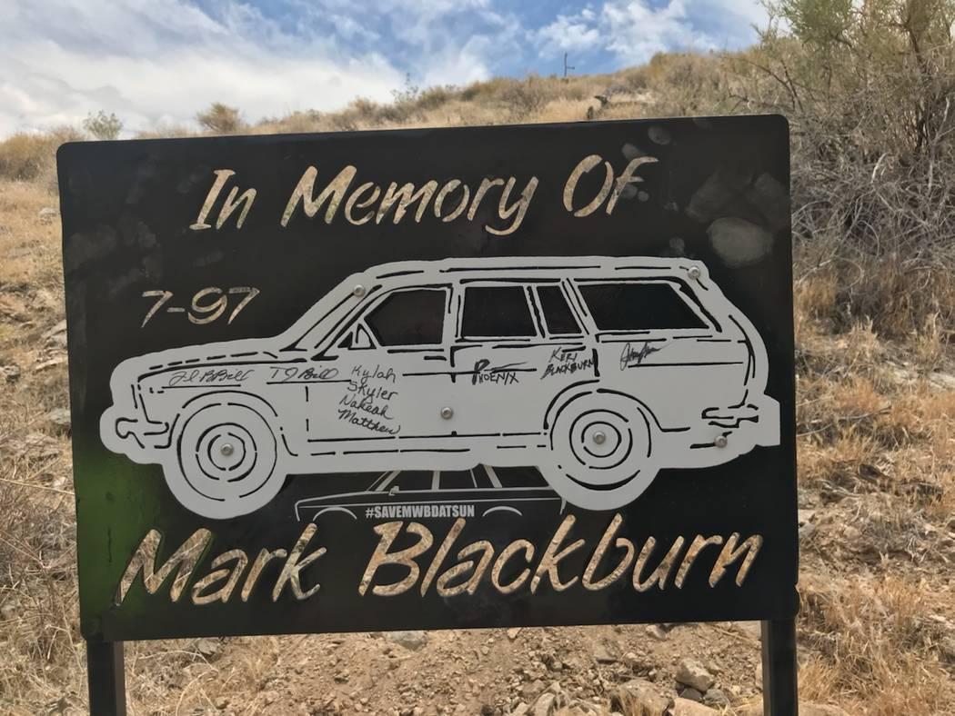 Una foto del cartel de acero que fue colocado donde Mark Blackburn murió en 1997. Foto cortesía de Michael Blackburn.