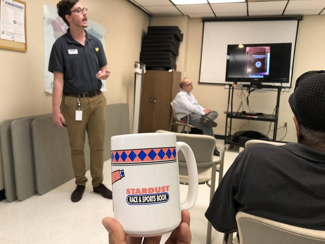 El educador del Museo de la Mafia, Kyle Bonar (izquierda), habla sobre el desaparecido hotel Stardust, durante una presentación. Jueves 28 de junio de 2018, en Las Vegas Senior Center. Foto Valde ...