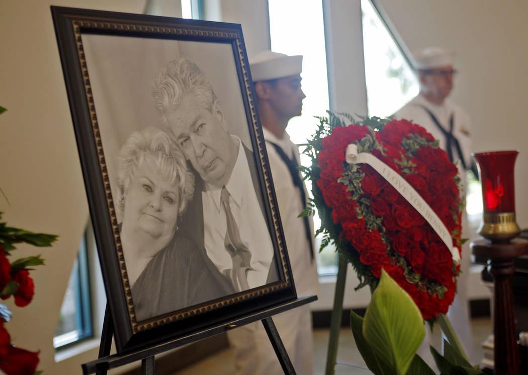 """Una foto de Richard """"The Old Man"""" Harrison y su esposa JoAnne Rhue Harrison cerca de su cofre en Palm Mortuary en Las Vegas, domingo 1 de julio de 2018. Bien conocido como el patriarca en el progr ..."""