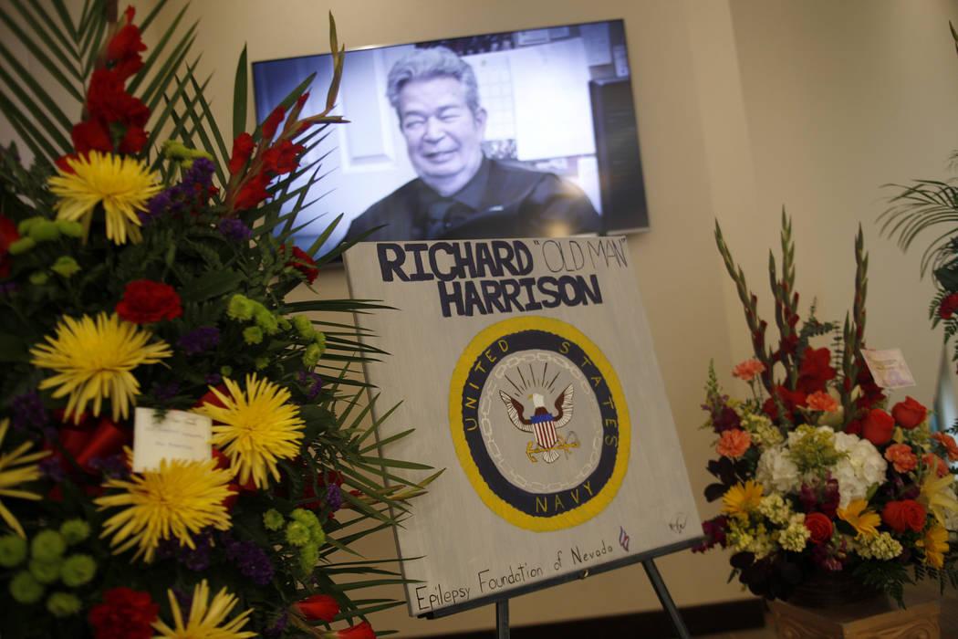"""Richard """"The Old Man"""" Harrison se muestra en el programa de televisión Pawn Stars en la pantalla en su servicio conmemorativo en Palm Mortuary en Las Vegas, domingo 1 de julio de 2018. Conocido c ..."""
